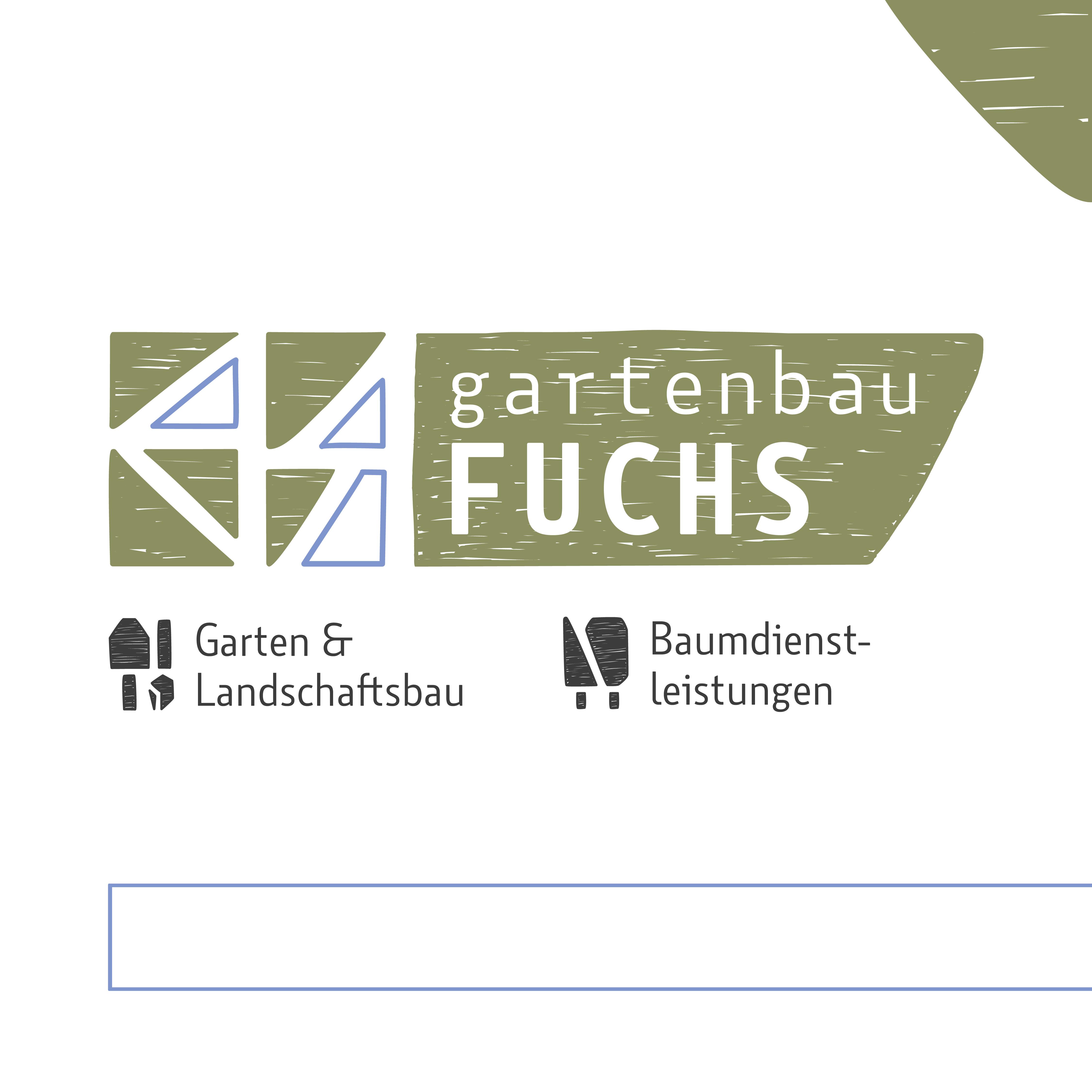 """grafikdesign. mittig ist das logo von gartenbau fuchs gesetzt. es besteht aus grünen, gezeichneten flächen & blauen konturen. angelehnt an eine natursteinmauer sind links abstrakt die großbuchstaben G & F zu sehen, rechts davon eine größere fläche mit dem schriftzug """"gartenbau FUCHS"""". darunter sind zwei icons, passend zu den zwei bereichen, die mit """"garten & landschaftsbau"""" sowie """"baumdienstleistungen"""" betitelt sind. zusätzlich zum logo zwei gestaltungselemente: rechts oben in der ecke eine grüne fläche, unten ein balken in blauer kontur"""